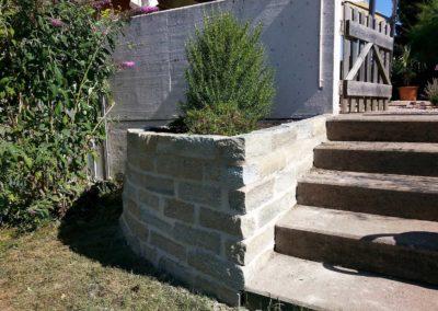 Naturmauer und Treppe